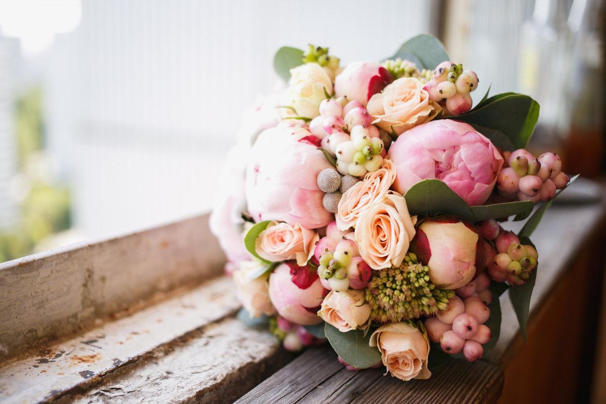 Свадебные букеты из роз и пионов, заказ