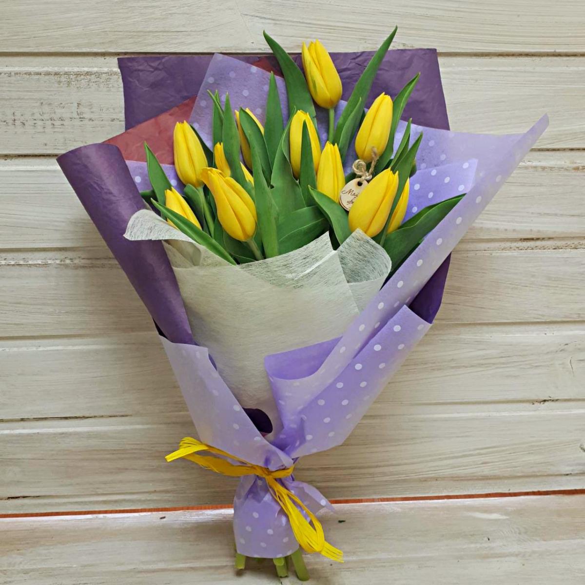 Букет из 7 тюльпанов в сетке, цветов москва кузьминки